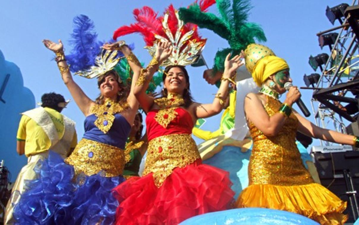 5 goa Girls-Dancing-In-Goa-Carnival